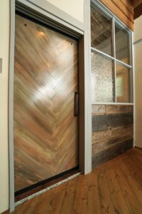 オリジナルヴィンテージドア&デザインガラス+古材のパーテーション。