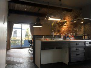 無垢板のフロアと無垢材のカウンターキッチンをイギリス王室御用達・マイランズのオイルステインでヴィンテージ加工。