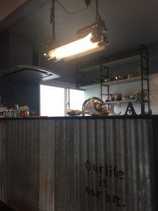 無骨でクールな波板トタンとヴィンテージランプ。 広いオープンキッチンも魅力的。